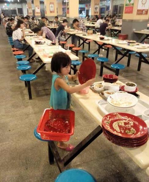 Bé 6 tuổi dọn thức ăn thừa cho sinh viên gây tranh cãi