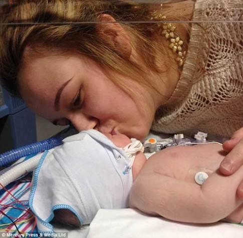 Bé sơ sinh tắt thở 26 phút bỗng nhiên sống dậy