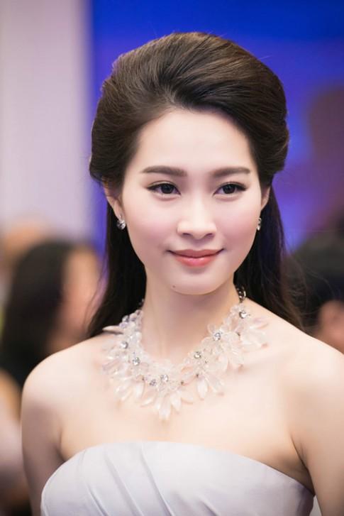 Bí quyết trang điểm đẹp như hoa hậu đón Tết