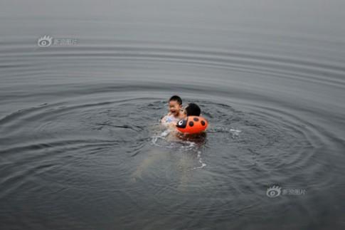 Bố bắt con tắm sông giữa mùa đông