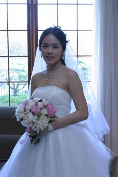 Bóc mác 10 bộ váy cưới đẹp nhất Kbiz