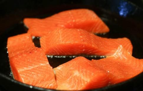 Cá hồi sốt cà chua ăn cùng cơm trắng