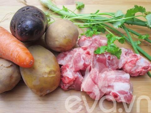 Canh khoai tây nấu sườn nóng hổi