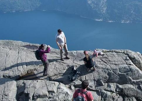 Cặp đôi bị lên án vì đặt con sát vách núi chụp ảnh