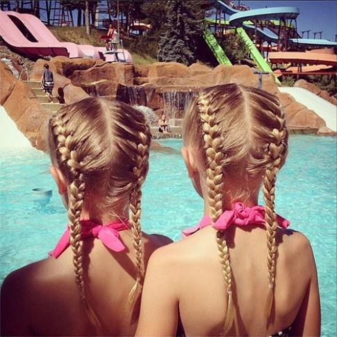 Cặp song sinh và 10 kiểu tóc nhìn là 'ngất' vì yêu