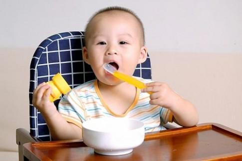 Chiêu độc giúp con nhanh biết nhai cơm