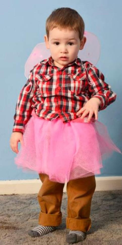 """Cho con trai mặc váy để sống """"đúng giới tính"""""""