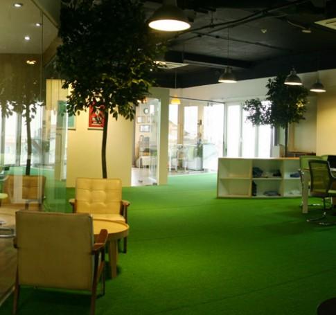 Chơi golf trong văn phòng công ty thời trang ở Hà Nội