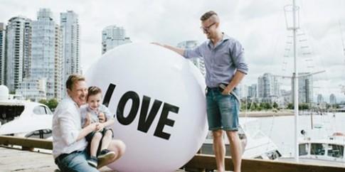 Chuyện cặp đồng tính đẹp trai và đứa con bệnh tật gây xúc động
