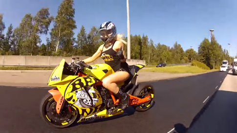 [Clip] Nữ biker nóng bỏng thuần phục KTM RC8 phiên bản độ Bee-DrifteR