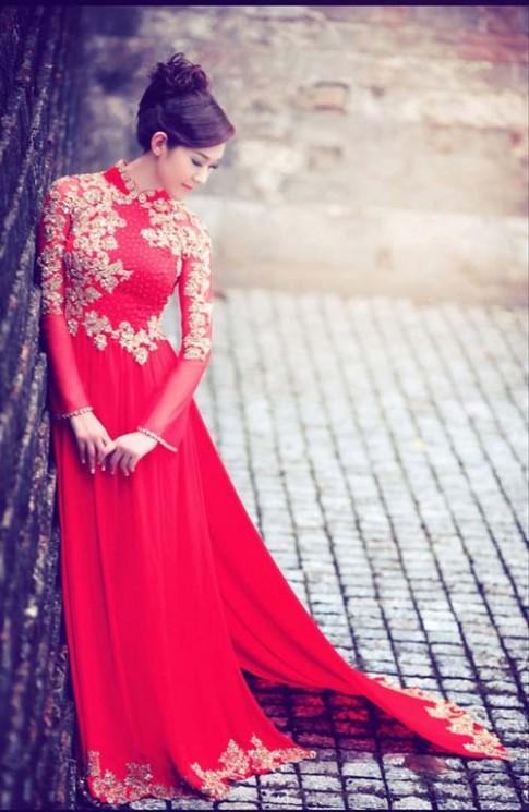 Cô dâu quyến rũ với áo dài đỏ
