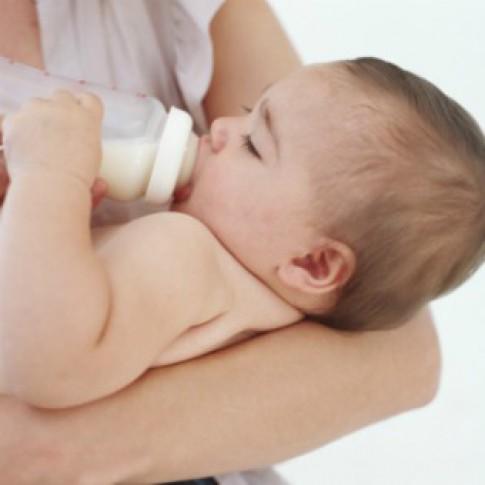 Có nên pha lẫn sữa mẹ với sữa bột?