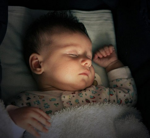 Dạy con ngủ xuyên đêm từ khi mới sinh