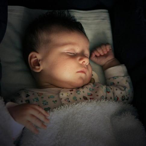 """Đèn ngủ """"âm thầm"""" hại trẻ sơ sinh"""