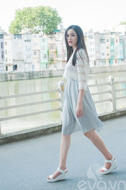 Diện váy xòe, áo lửng 'chất' như Á Hậu Việt