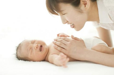 Đọc triệu chứng bắt bệnh đau bụng cho con