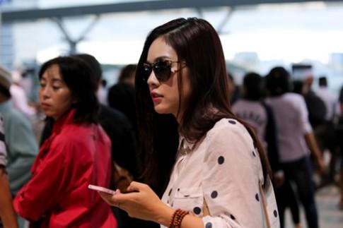 Dương Cẩm Lynh lẻ loi giữa sân bay