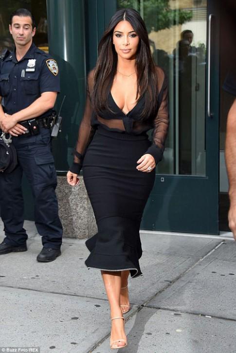 """Eva """"soi"""" 12/8: Kim Kardashian trễ nải vòng 1"""