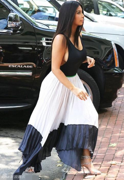 """Eva """"soi"""" 1/7: Kim Kardashian """"buông lơi"""" vòng 1"""