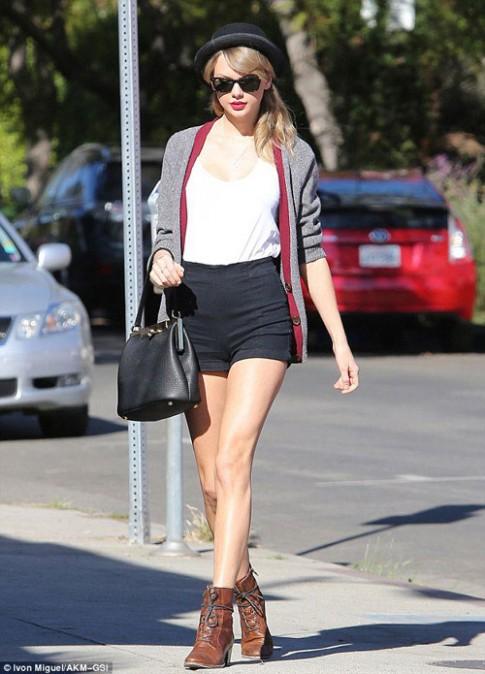 "Eva ""soi"" 17/1: Taylor Swift khoe chân nuột nà"