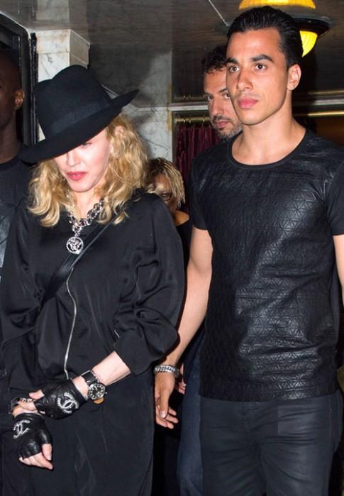 "Eva ""soi"" 20/8: Madonna yêu bồ trẻ hơn 30 tuổi"