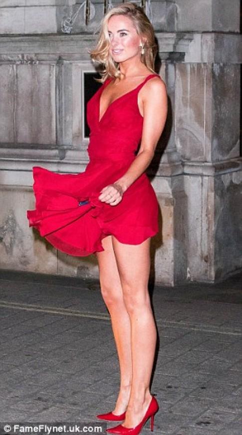 """Eva """"soi"""" 21/2: Kimberley Garner bị tốc váy"""