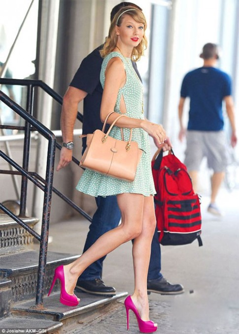 "Eva ""soi"" 23/7: Taylor Swift lộ đầu gối ""củ lạc"""