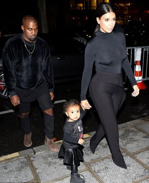 """Eva """"soi"""" 25/9: Con gái Kim Kardashian diện """"xì tai"""" kỳ quái"""
