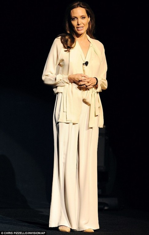 "Eva ""soi"" 26/3: Angelina Jolie gầy gò ốm yếu"