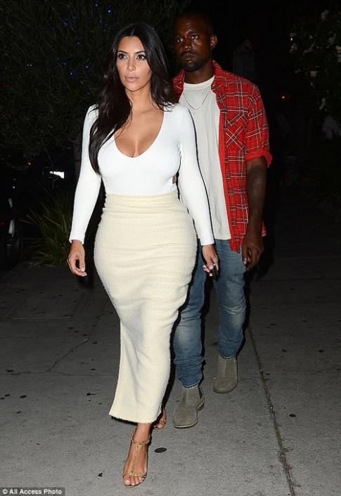 """Eva """"soi"""" 28/8: Kim Kardashian khoe vòng 1 đẫy đà"""