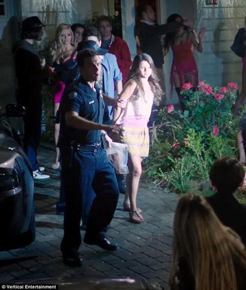 "Eva ""soi"" 4/7: Selena bị cảnh sát còng tay"