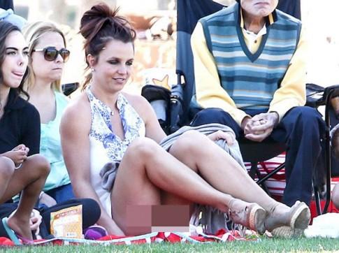 """Eva """"soi"""" 8/4: Britney """"hớ hênh"""" ngồi xem đá bóng"""