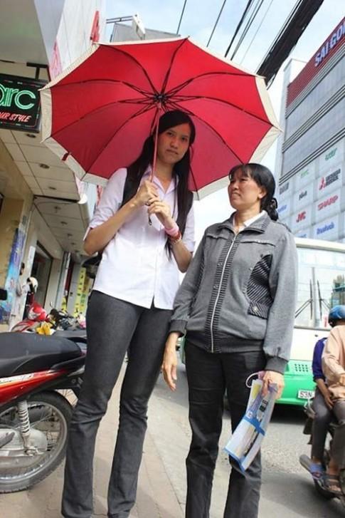 Hà Anh 'lép vế' trước cô gái cao 1m91