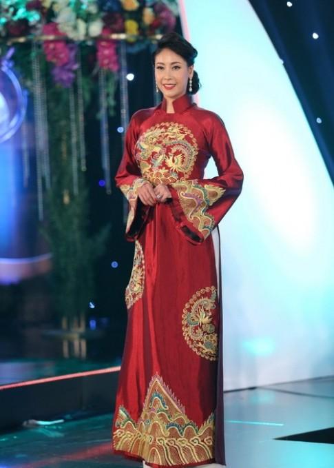 Hà Kiều Anh mặc áo dài mỏng tang gợi cảm