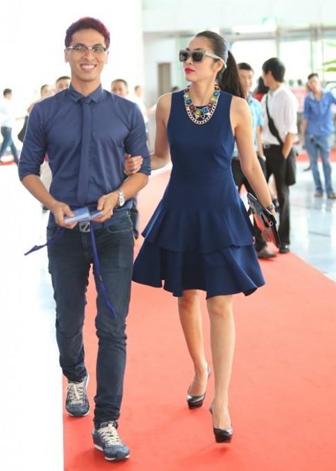 Hà Tăng sành điệu với váy xanh cô-ban