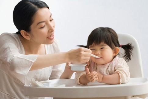 Hiểu lầm tai hại của mẹ khi cho trẻ ăn sữa chua