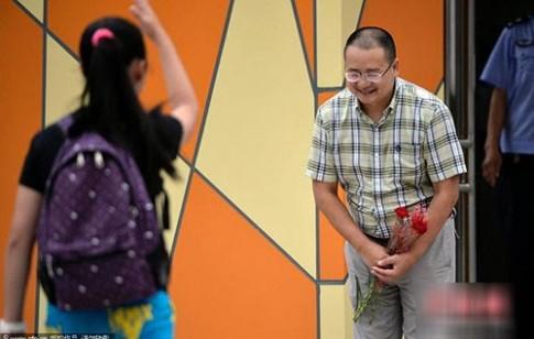 Hiệu trưởng 6 năm đứng cổng trường cúi chào học sinh