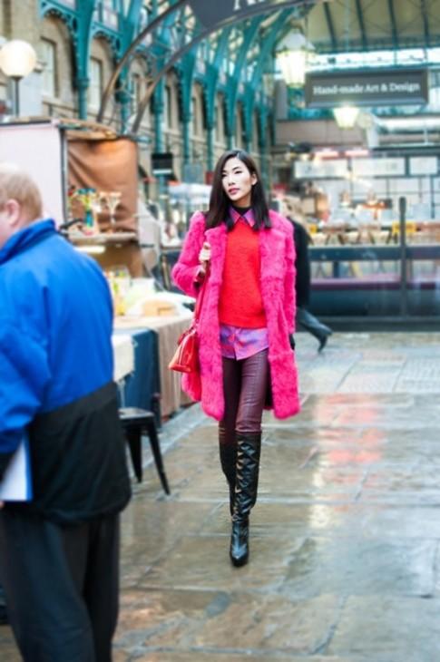 Hoàng Thùy hồng rực trên phố London