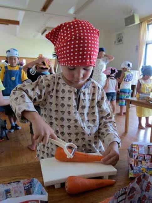 Học mẹ Nhật dạy con bếp núc từ 4 tuổi