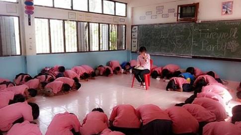"""Học sinh Thái Lan xin cô giáo """"đừng về Việt Nam"""""""