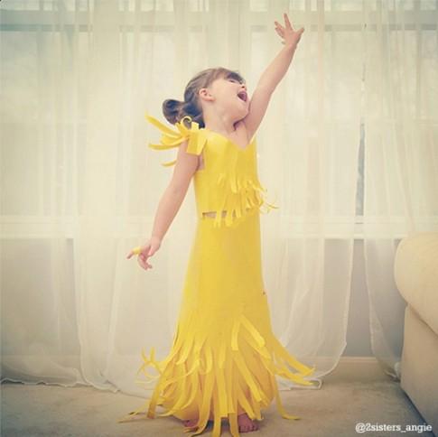 Hot: Bé gái 4 tuổi chế váy hàng hiệu từ giấy!