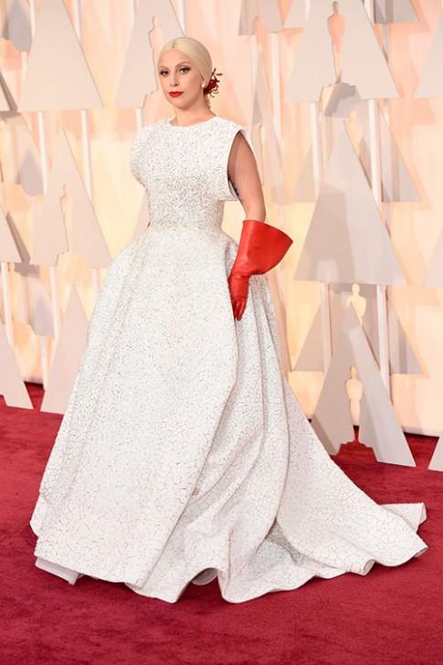 Lady Gaga hết quái, Jennifer Lopez khoe ngực trên thảm đỏ Oscars