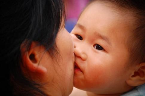 Lo ngay ngáy vì ngày nào cũng hôn con