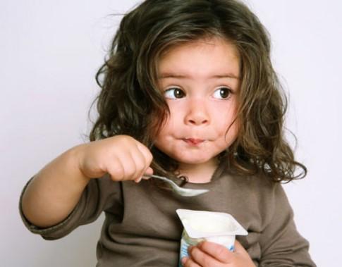 Lỗi lớn của mẹ khi cho bé ăn sữa chua