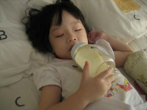 """Lý do vừa nằm vừa ăn sữa có thể """"lấy mạng"""" con"""