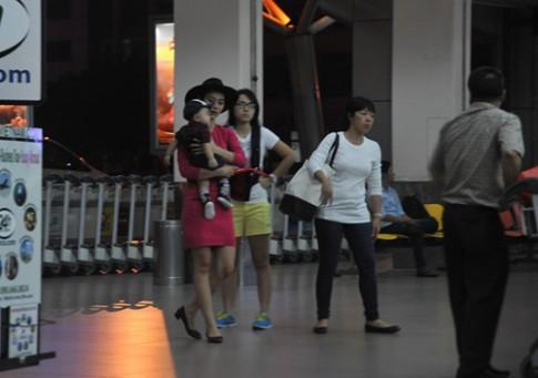 Mẹ con Diệp Bảo Ngọc nổi bật ở sân bay