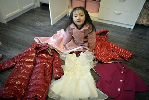 Mẹ hai con tự may hàng trăm bộ quần áo cho con gái