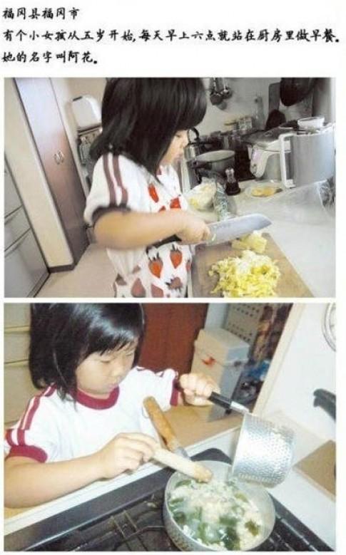Mẹ mất, bé 5 tuổi nấu ăn chăm bố
