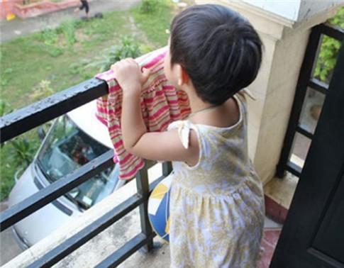 Muôn 'chiêu' bảo vệ con ở nhà cao tầng