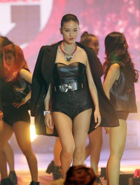 Ngo Thanh Van sexy tu tin luot san catwalk